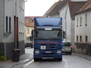 Durch den engen Ortskern von Ober-Wöllstadt quetschen sich täglich rund 16500 Autos, darunter 680 Schwertransporter. Ab 2017 soll hier nur noch einspuriger Verkehr möglich sein. Foto: Nissen