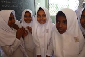 Junge Damen aus der sechsten Klasse im Main-Kinzig-Building des Naleem Hajidar Ladies College in Beruwela. Sie müssen komische Schuluniformen tragen, sind aber trotzdem ausgesprochen fröhlich. Was man von den meisten deutschen Sri Lanka-Touristen nicht behaupten kann. Außer von den betrunkenen. Foto: Nissen
