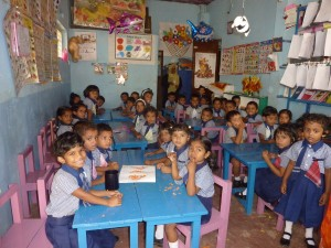 43 Vorschulkinder drängen sich in einem Raum. Ein Ehepaar aus Hanau lässt gerade einen Erweiterungsbau im sri-lankischen Beruwela erreichten. Karl Eyerkaufer hat das vermittelt. Foto: Klaus Nissen